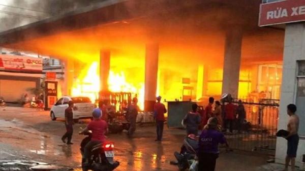 TP.HCM: Cây xăng chìm nghỉm trong biển lửa dữ dội, khách bỏ xe tháo chạy
