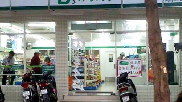 Nữ nhân viên cửa hàng B'smart bị kẻ cướp đâm trọng thương ở Sài Gòn