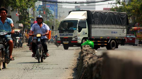 Đường Sài Gòn sáng ngập như sông, trưa bụi mù mịt