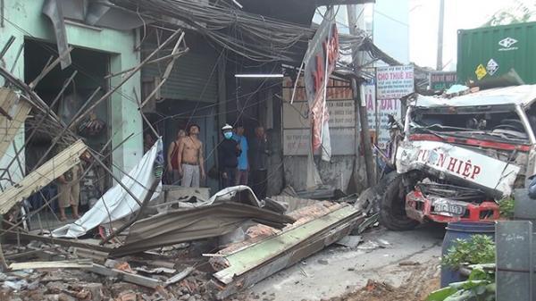 TP.HCM: Container tránh người đi bộ, tông hỏng 6 nhà dân