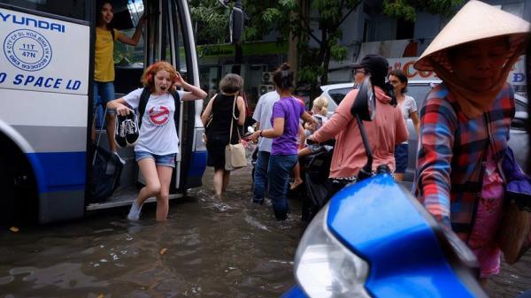Biểu cảm bất ngờ của nữ du khách Tây khi bước xuống xe giữa Sài Gòn lại thấy... mênh mông biển nước