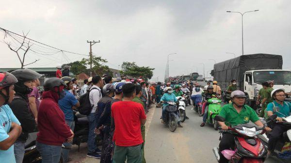 Xe tải xuống dốc tông vào 3 xe máy, 2 người chết tại chỗ