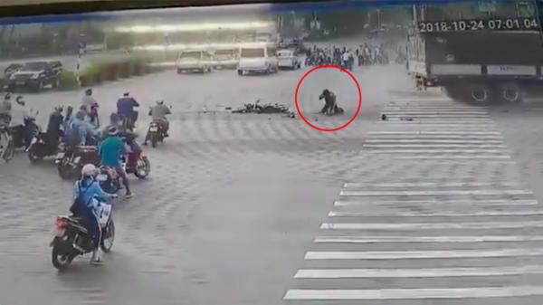 Cú đâm vỡ vụn của xe tải nhưng điều kỳ diệu lại đến từ tài xế Grab trên đường phố Sài Gòn