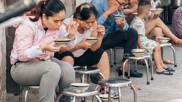 Cháo huyết 5k ở Sài Gòn: Quán cháo cho dân lao động nghèo, 40 năm tô muỗng không đổi