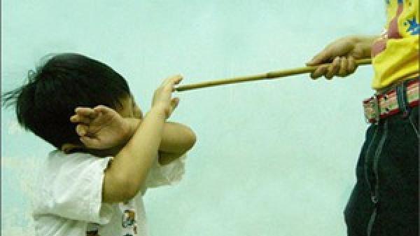 Rúng động Hà Tĩnh: Bé gái bị cô giáo chủ nhiệm đ.ánh bầm tím lưng chỉ vì lười học