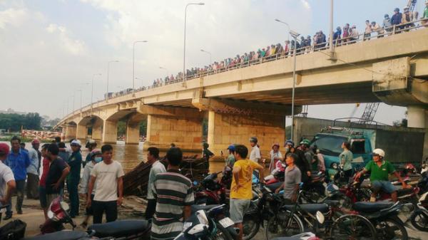 Hàng trăm người đứng kín trên cầu xem vớt x.ác nam thanh niên trôi sông Sài Gòn