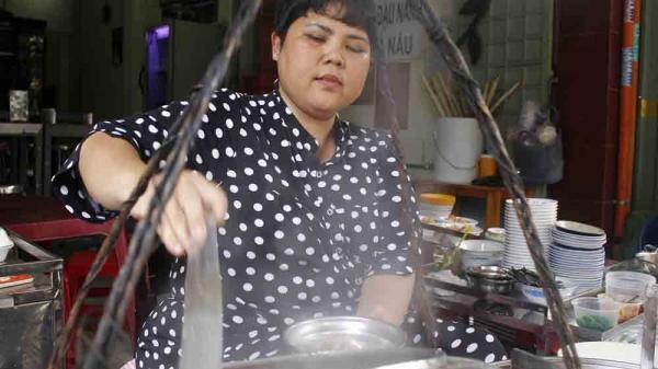Cháo lòng nấu vào chậu thau: Bí mật gánh hàng bà Út 80 năm khách vẫn mê mẩn