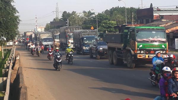 Ngày đầu cấm cầu Bến Lức cũ, kẹt xe kéo dài hơn 1km