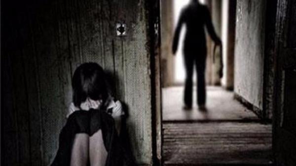 """Cà Mau điều tra gấp vụ bé gái 7 tuổi """"tố"""" bị thiếu niên 13 tuổi hiê'p dâm"""