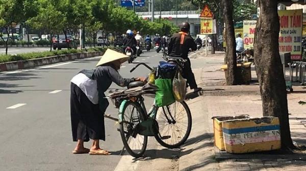 Bà Già Ve Chai liêu xiêu giữa Sài Gòn tấp nập