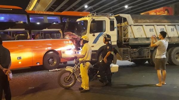 Gần chục hành khách hoảng loạn, kêu cứu khi xe Phương Trang v.a chạm kinh hoàng với xe ben ở Ngã tư Hàng Xanh