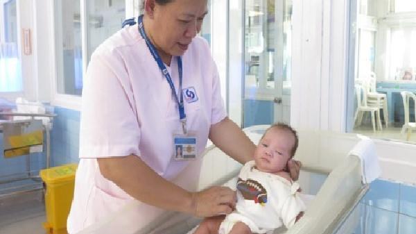 Chị điều dưỡng 27 năm làm mẹ các bé bị bỏ rơi