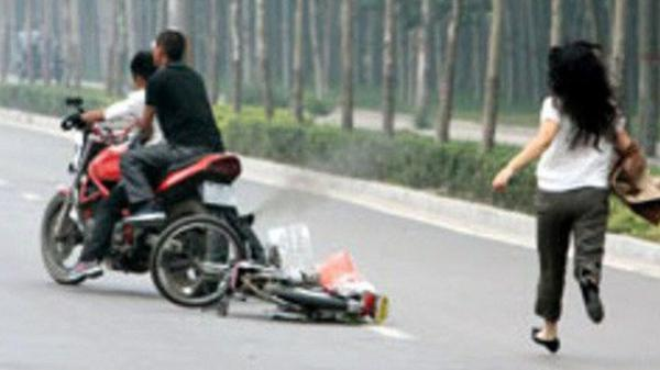 C.ướp táo tợn tại Sài Gòn: Cô gái bị thanh niên dùng roi điện đ.ánh vào đầu, giật túi xách
