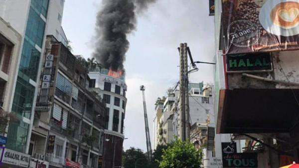 Đang c.háy dữ dội ở khách sạn A&Em ở Sài Gòn, nhiều người hốt h.oảng tháo chạy