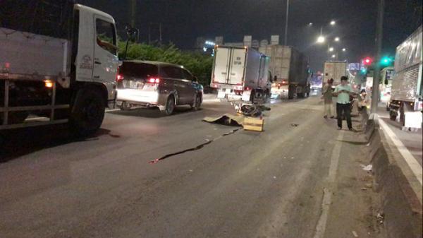TP.HCM: Chạy xe máy vào làn ôtô, một người bị xe container tông chết