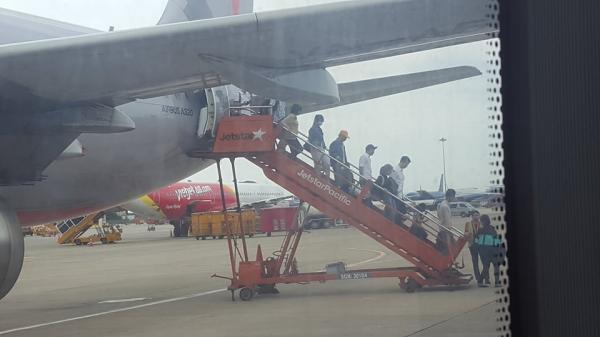 Chuyến bay Jetstar hoãn... 1 ngày ở sân bay Tân Sơn Nhất: Hành khách bức xúc, được đền 200.000 đồng