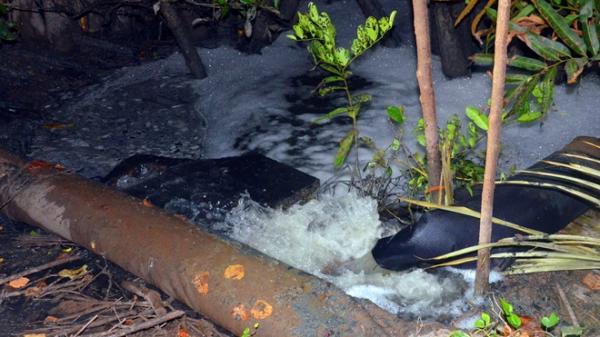 Bắt quả tang cơ sở sản xuất khô ở Bến Tre xả thải trực tiếp ra môi trường
