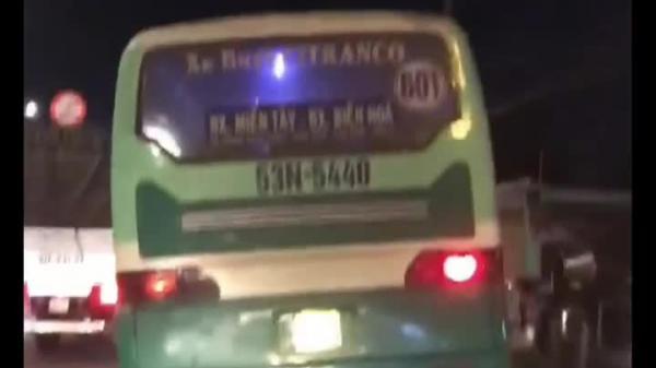 Xe buýt leo vỉa hè, phóng bạt mạng trên quốc lộ ở Sài Gòn