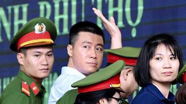 Phút tạm biệt người thân của 'ông trùm' cờ bạc Phan Sào Nam ở sân tòa tỉnh Phú Thọ