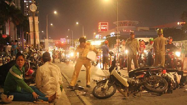 Ô tô tông loạt xe máy ở Sài Gòn, một người tử vong