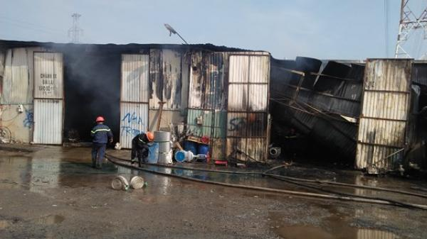 Cháy lớn tại kho hàng ở Sài Gòn, nhiều hộ dân sơ tán
