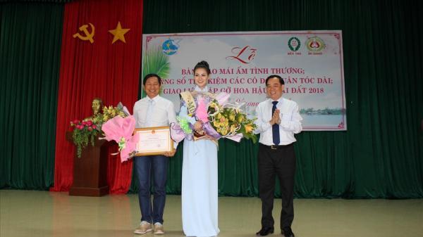 Hoa hậu Nguyễn Phương Khánh nhận Bằng khen của UBND tỉnh Bến Tre