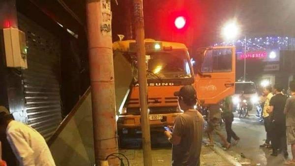 TP.HCM: Tài xế nhanh tay đánh lái khi xe tải mất phanh tại ngã tư đèn đỏ, nhiều người thoát c.hết trong gang tấc