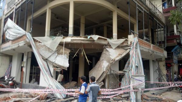 Sập nhà ở Sài Gòn, 2 người n.guy kịch