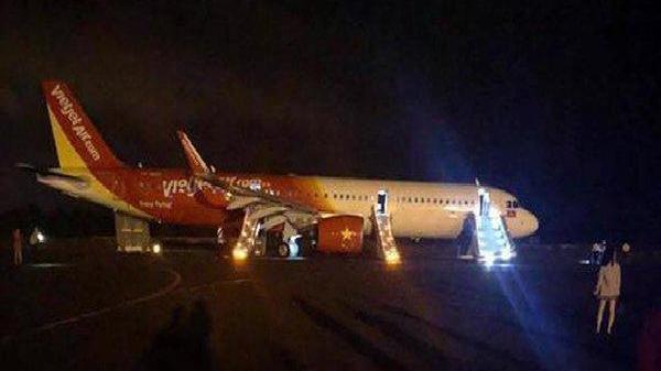 Máy bay Vietjet Air gặp sự cố, khách ra ngoài bằng cửa thoát hiểm