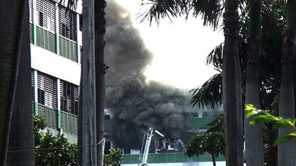 Khói lửa cuồn cuộn bao trùm công ty dép ở Sài Gòn