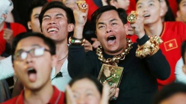 Gia thế khủng của người đàn ông ở Sài Gòn đeo nhiều vàng cùng 5 vệ sĩ đi cổ vũ bóng đá