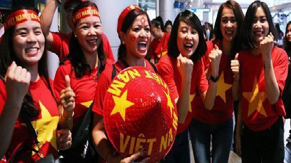 CĐV nhuộm đỏ sân bay Nội Bài và Tân Sơn Nhất, lên đường sang Malaysia 'tiếp lửa' cho ĐT Việt Nam trong trận chung kết AFF Cup