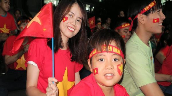 Bệnh nhân 'nhuộm đỏ' sân bệnh viện Ung bướu TP HCM cổ vũ đội tuyển Việt Nam trận chung kết với Malaysia