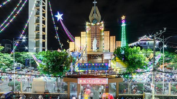 Dòng người nô nức đổ về xóm đạo đẹp tựa Châu Âu ngay giữa lòng Sài Gòn đón không khí Giáng sinh sớm!