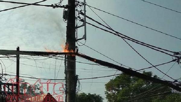 Dây cáp viễn thông bốc cháy như đuốc trên Quốc lộ 13