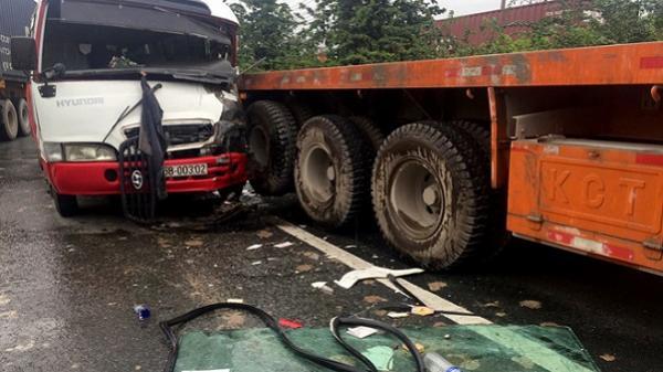 Ôtô khách va chạm 2 xe đầu kéo trên quốc lộ, tài xế gãy chân