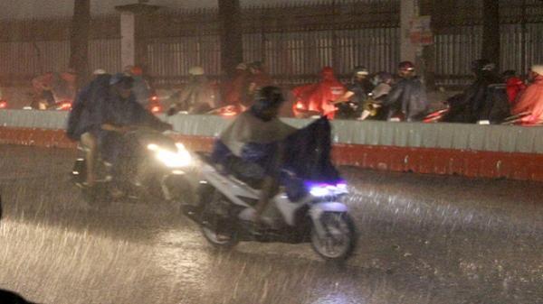 Sài Gòn ngày nắng nóng, chiều tối mưa dông và gió mạnh