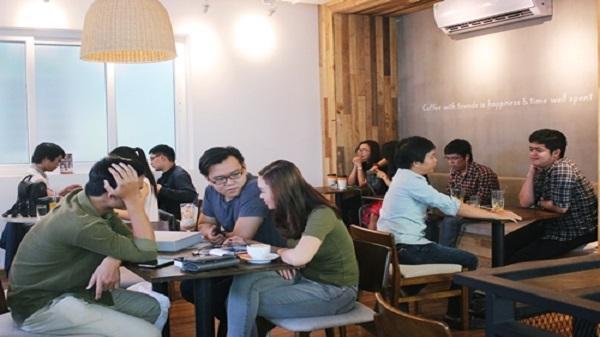 Quán cà phê máy lạnh ở Sài Gòn hết chỗ cho khách trốn nắng