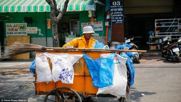 Người dân Sài Gòn ngược nắng để mưu sinh