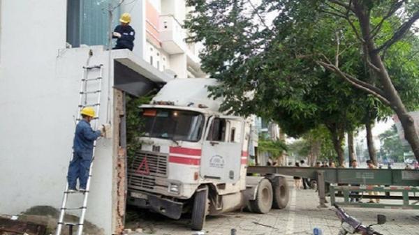 Xe container đâm sầm vào ngôi nhà 3 tầng trên phố