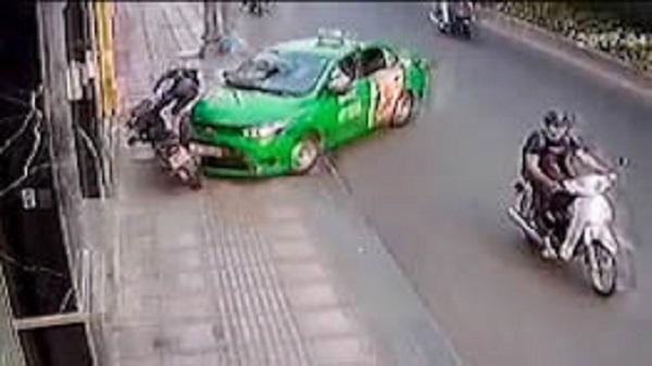 Tài xế tông thẳng taxi vào tên cướp giật túi xách ở Sài Gòn