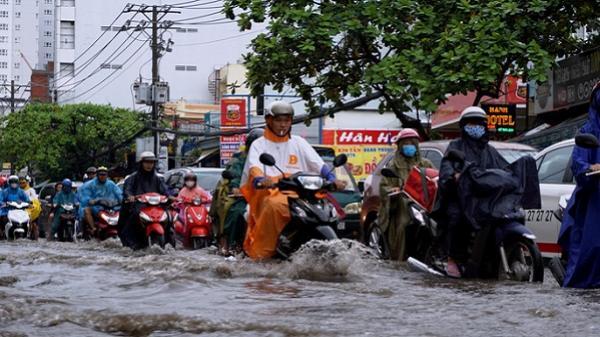 Đường sá TP HCM hỗn loạn sau cơn mưa lớn