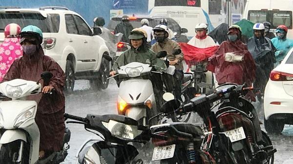 Ảnh: Giao thông Sài Gòn hỗn loạn giữa cơn mưa ngày đầu tuần