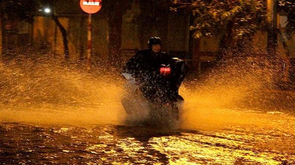 Đường phố Sài Gòn thành sông sau trận mưa nhiều giờ lúc nửa đêm