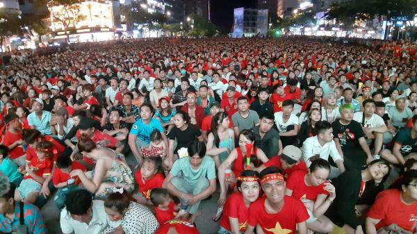 TP.HCM: Lắp nhiều màn hình LED trên phố đi bộ Nguyễn Huệ cổ vũ ĐT Việt Nam tại King's Cup 2019