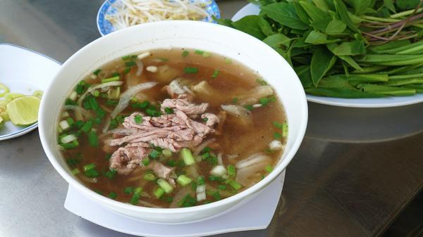 Quán phở mở cửa 24 giờ ở khu phố Tây Sài Gòn