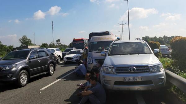 Ô tô và xe khách gặp tai nạn trên cao tốc TP.HCM-Trung Lương, gần 100 hành khách hoảng loạn