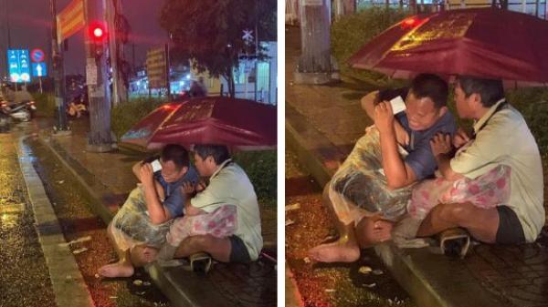 TPHCM: Xúc động cảnh 2 người đàn ông khiếm thị, nương nhau dưới cơn mưa đêm để bán từng tấm vé số mưu sinh