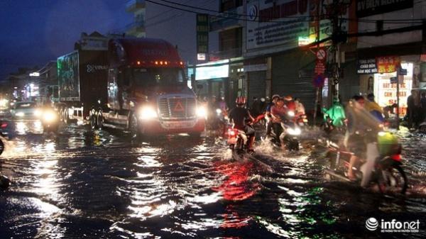 """TP.HCM: Mưa cực lớn """"nhấn chìm"""" nhiều tuyến đường phía Nam"""