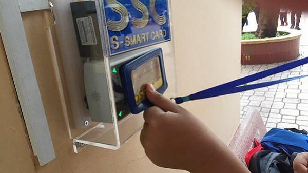 """Một trường cấp 2 ở TP.HCM gây """"choáng"""" khi điểm danh học sinh bằng quẹt thẻ"""